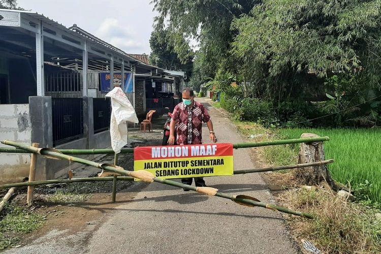 Sejumlah jalan akses masuk ke Desa Manduraga, Kecamatan Kalimanah, Purbalingga, Jawa Tengah ditutup sejak Rabu (16/6/2021).
