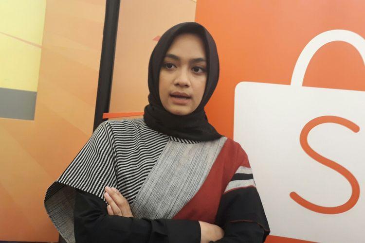 Ayudia Bing Slamet ketika berbincang dengan wartawan soal kesenangannya berbelanja online di Menara Mandiri, Senayan, Jakarta Selatan, Selasa (26/9/2017).