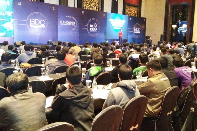 CEO Dicoding Indonesia, Narenda Wicaksono saat memberi pemaparan soal peluang bisnis e-commerce Indonesia dalam kegiatan Bandung Developer Conference 2017 di Trans Luxury Hotel, Bandung, Sabtu (25/11/2017).