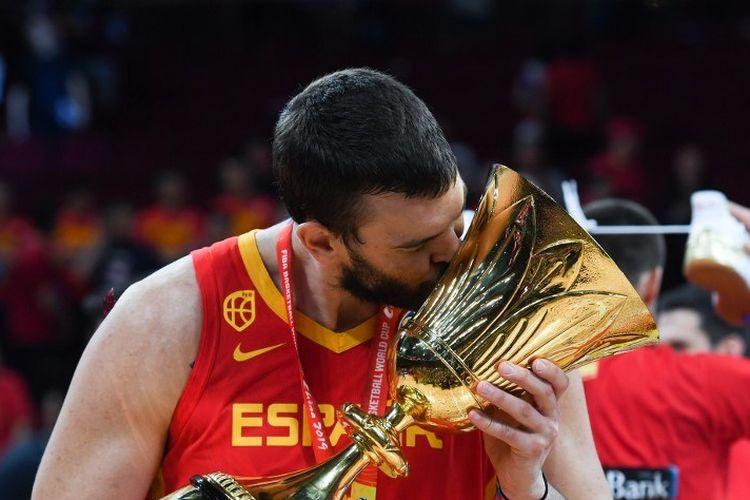 Marc Gasol mencium trofi juara dunia basket, 15 September 2019.