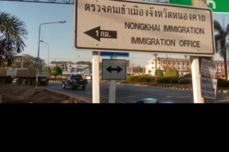 Papan petunjuk menuju pos imigrasi perbatasan Nong Khai, Thailand dan Laos.