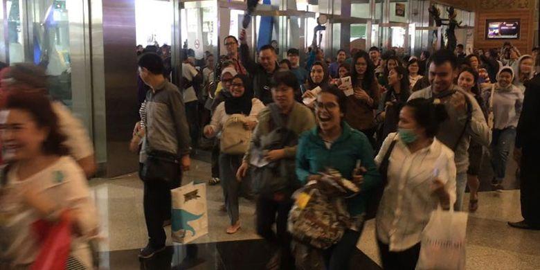 Pengunjung berlari memasuki ruang pameran wisata Garuda Indonesia Travel Fair (GATF) 2018 di Jakarta Convention Centre yang dibuka Jumat (6/4/2018). Pameran berlangsung hingga Minggu (8/4/2018).