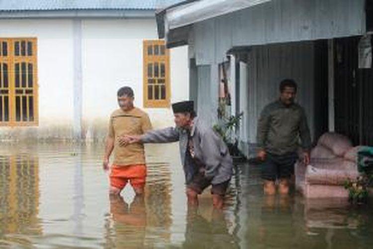 Perumahan warga di sekitar Danau Laut Tawar, Takengon, kebanjiran akibat air limpahan dari tanggul PLTA