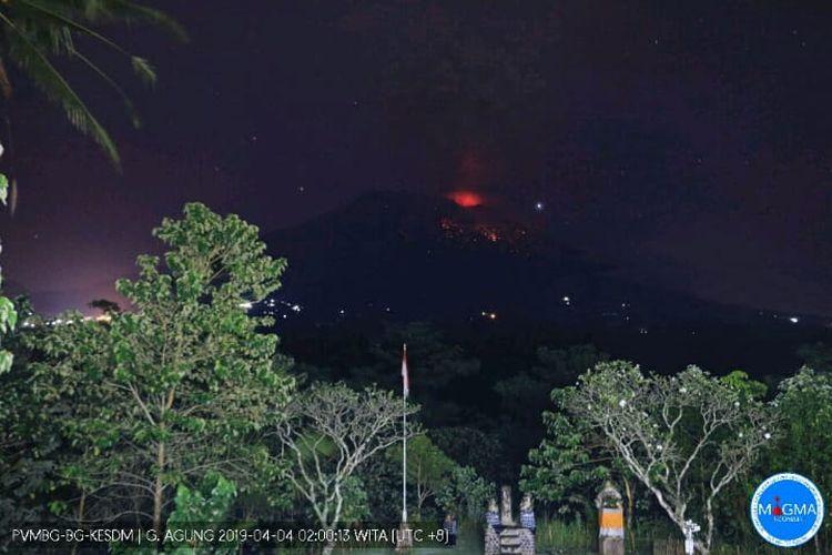 Cahaya lontaran lava pijar dari puncak gunung Agung terlihat dari pos pantau Desa Rendang saat terjadinya letusan, Kamis (4/4/2019).