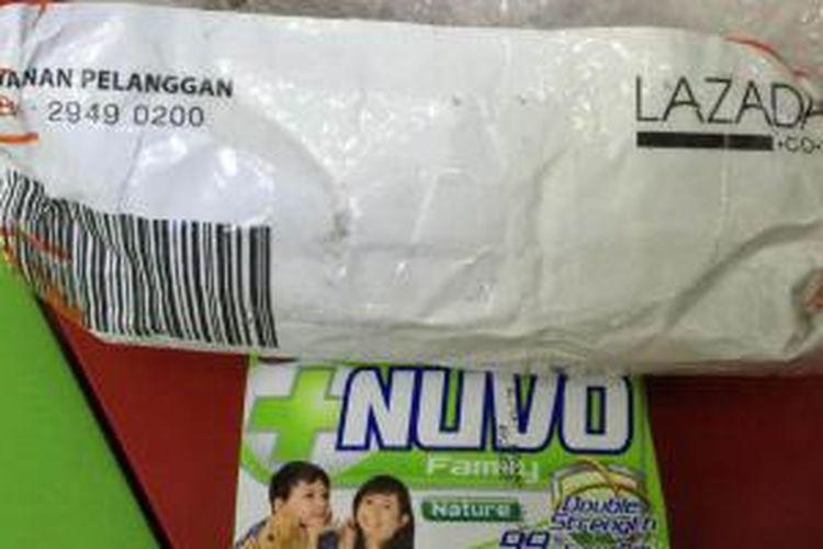 Paket pemesanan iPhone 6 Plus yang disebut berisi sabun mandi oleh pelanggan Lazada Danis Darusman.