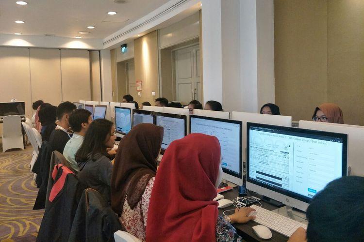Suasana penghitungan suara yang dilakukan relawan Tim Kampanye Nasional (TKN) Jokowi-Maruf di Hotel Gran Melia, Jakarta, Jumat (26/4/2019).