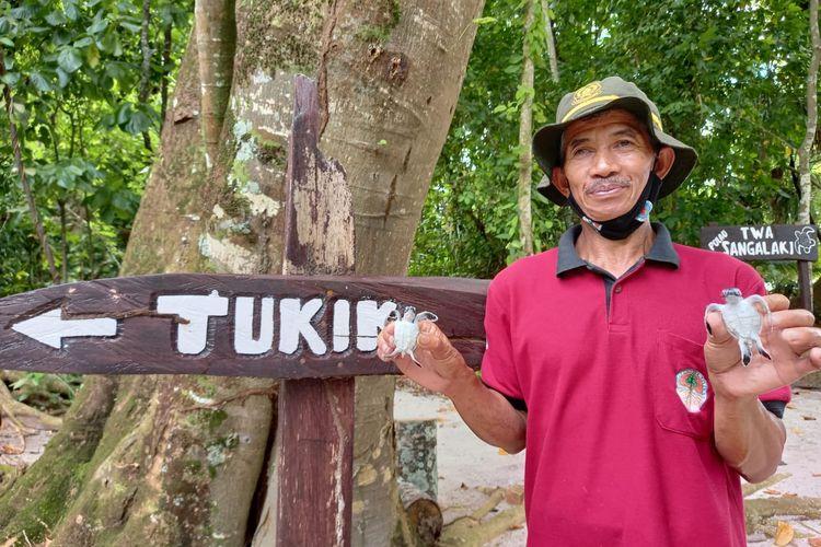 Polisi hutan Lipu (54) saat memegang tukik di Pulau Sangalaki, Berau, Kaltim, Kamis (17/6/2021).