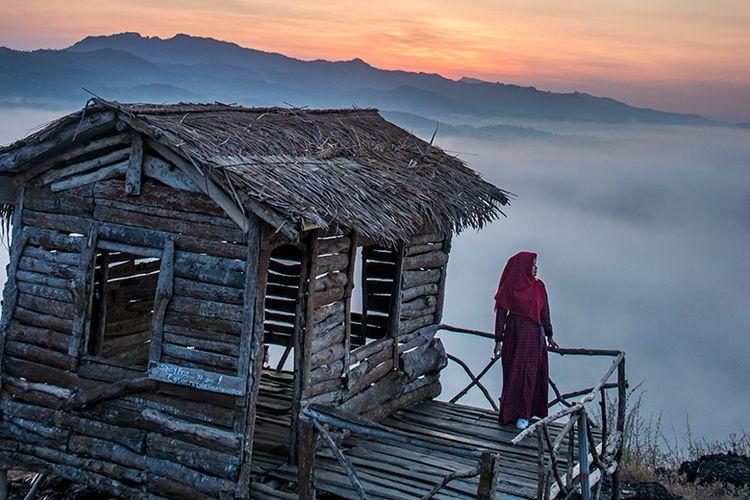 Spot Foto di Gunung Ireng, Gunungkidul Berlatar Belakang Lautan Kabut.
