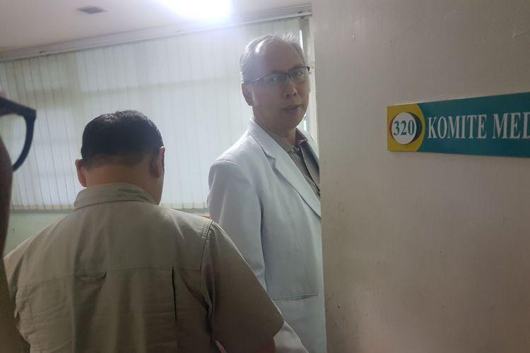 Dr.H.Bimanesh Sutarjo, SpPD bersama salah satu penyidik KPK di RS Medika Permata Hijau tempat Setya Novanto dirawat