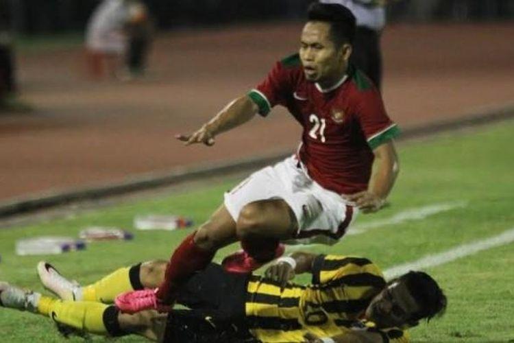 Pemain Indonesia, Andik Vermansah, beberapa kali dilanggar pemain Malaysia pada laga uji coba di Stadion Manahan, Selasa (6/9/2016).