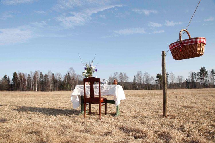 Satu meja dan satu kursi disediakan untuk satu tamu yang makan di restoran Bord For En dalam rangka physical distancing