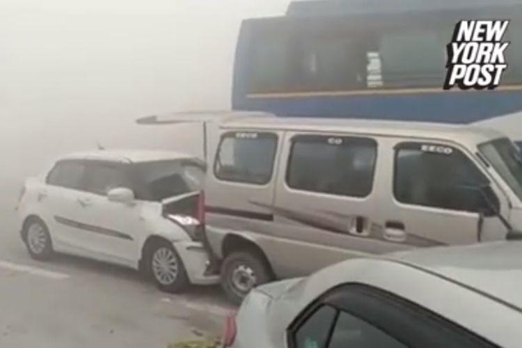Rendahnya jarak pandang di jalan tol akibat asap tebal menyebabkan belasa mobil terlibat tabrakan beruntun di New Delhi, India.