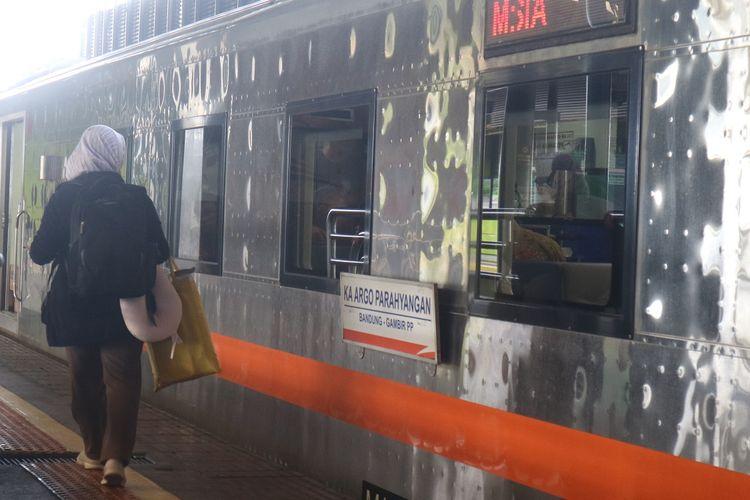 Penumpang mencari gerbong kereta api yang tertera pada tiket sebelum masuk dan menikmati perjalanan kereta api Argo Parahyangan relasi Stasiun Gambir - Stasiun Bandung.