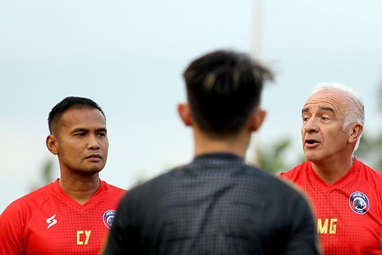 Pelatih kepala Arema FC, Mario Gomez dan asistennya Charis Yulianto.