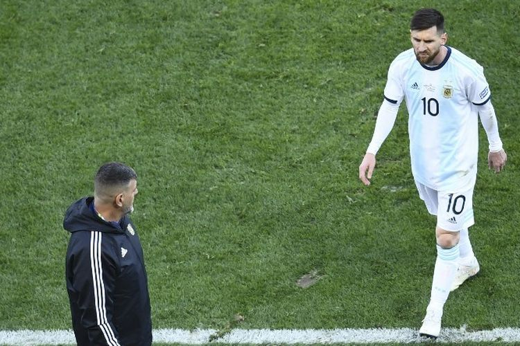 Lionel Messi meninggalkan lapangan pertandingan seusai dikartu merah wasit pada pertandingan perebutan posisi ketiga Copa America 2019 antara Argentina vs Cile di Arena Corinthians, 6 Juli 2019.