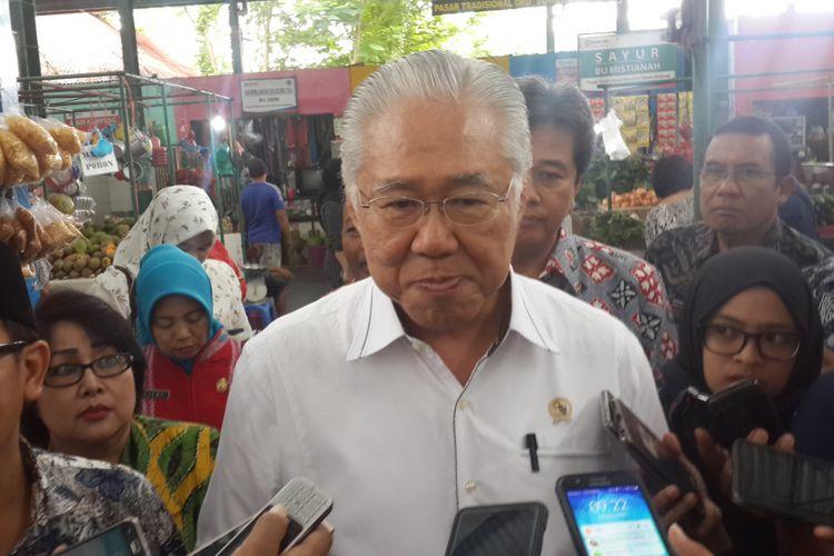Menteri Perdagangan RI Enggartiasto Lukita usai melakukan peninjauan di Pasar Oro-oro Dowo Kota Malang, Jumat (24/11/2017)