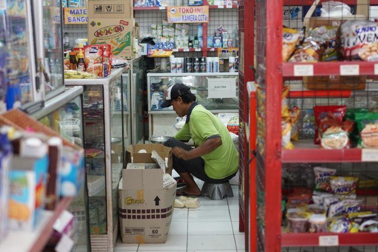 Toko-toko kelontong di Indonesia perlahan berbenah, menyongsong arus perubahan di tengah era modernisasi
