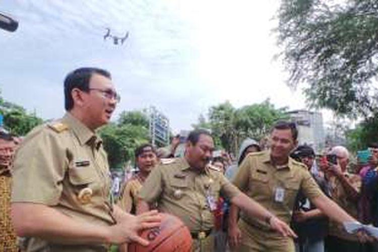 Gubernur DKI Jakarta Basuki Tjahaja Purnama saat bermain basket di ruang publik terpadu ramah anak (RPTRA)  Krendang, Jakarta Barat, Rabu (3/2/2016).