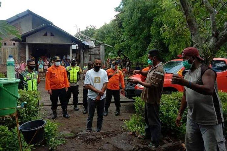 Saat Kepala Basarnas Maumere, I Putu Sudayana mengantar Antonius ke rumahnya di Desa Owa, Kecamatan Wulanggitang, Kabupaten Flores Timur, Senin (4/1/2021).