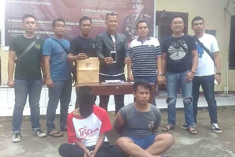 Kedua pelaku begal yang meresahkan warga Ogan Ilir dibekuk aparat polisi dari Unit Reskrim Polsek Indralaya. Salah satu pelaku diketahui memiliki jimat yang diduga digunakan untuk melancarkan aksinya.