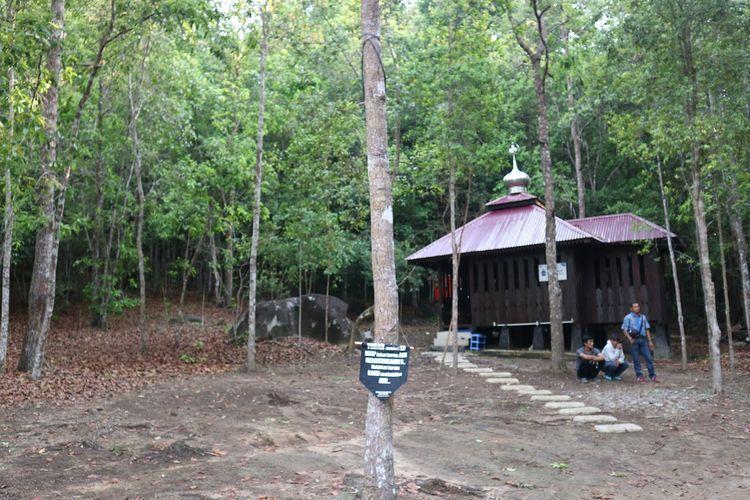 Bukit Peramun yang berlokasi di Belitung Barat masih terlihat dikelilingi hutan lebat. Di dalamnya juga terdapat tempat ibadah mushola.