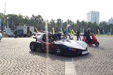 Warga Antusias Swafoto di Sekitar Mobil Listrik di Monas
