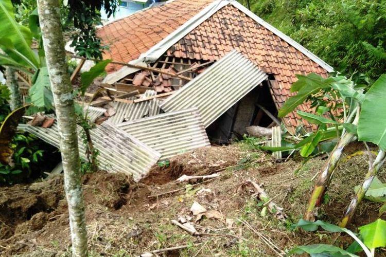 Kondisi rumah di Campaka, Cianjur, Jawa Barat, yang terdampak tanah longsor, Rabu (3/6/2020) dini hari. Tidak ada korban jiwa dalam peristiwa tersebut, namun puluhan jiwa diungsikan.
