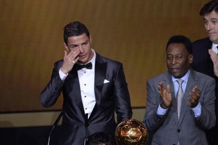 Gelandang Real Madrid, Cristiano Ronado, terlihat menitikan air matanya saat menerima penghargaan FIFA Ballon dOr 2013 di Zurich, Swiss, Senin (13/1/2014).