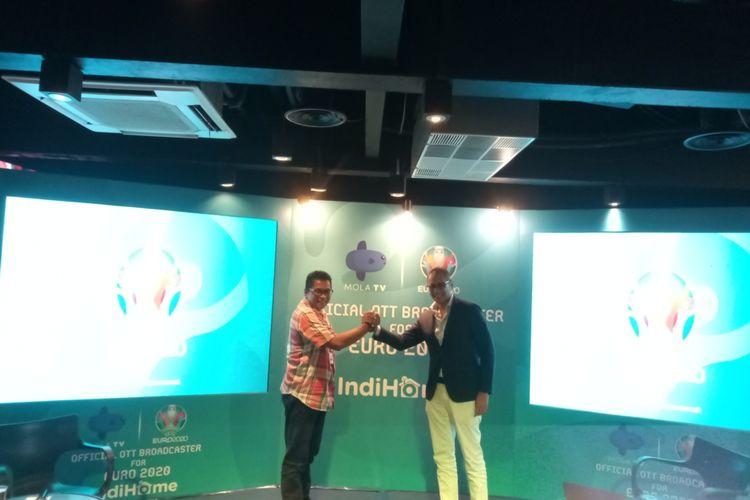 Perwakilan Mola TV, Mirwan Suwarso (kanan) bersama dengan Aulia Ersyah Marinto selaku Vice President Marketing Management Telkom saat mengumumkan kerja sama antara Mola TV dan Indihome dalam penayangan siaran langsung pertandingan Euro 2020, di Jakarta, Selasa (3/12/2019).