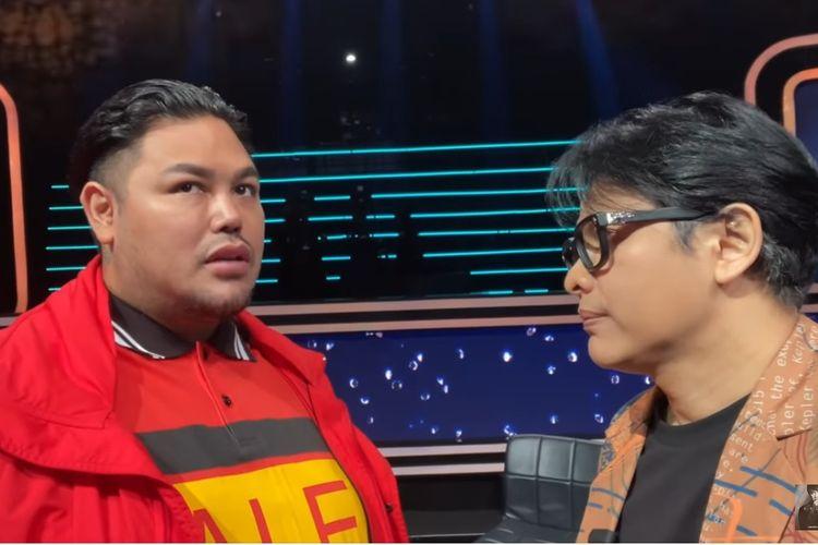 Desainer Ivan Gunawan (kiri) berbincang dengan penyanyi Armand Maulana.