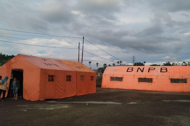 Tenda pengungsiam di halaman Kantoe Perkebunan Jayanegara, Desa/Kecamatan Kabamdungan, Sukabumi, Jawa  Barat, Rabu (11/3/2020).