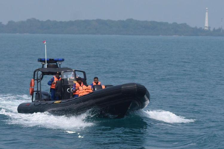 Petugas Ditpolair bersama dengan Pertamina melakukan pemantauan di sekitar kepulauan seribu di Pesisir Ancol, Tanjung Priok, Jakarta pada Kamis (15/8/2019).
