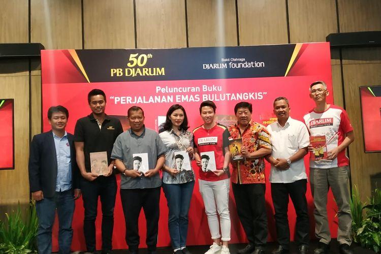 Atlet bulu tangkis Tontowi Ahmad dan Liliyana Natsir berpose dengan para penulis buku dalam rangkaian acara ulang tahun ke-50 PB Djarum, di Wisma Ploso, Kudus, Jawa Tengah, Minggu (28/4/2019).