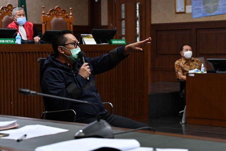 Mantan Kakorwas PPNS Bareskrim Polri Brigjen Pol Prasetijo Utomo (bawah kiri) memberikan kesaksikan dalam sidang  perkara dugaan suap kepada jaksa dan perwira tinggi Polri serta pemufakatan jahat dengan terdakwa Djoko Tjandra (kanan) di Pengadilan Tipikor, Jakarta, Kamis (10/12/2020). Dalam sidang tersebut Jaksa Penuntut Umum menghadirkan dua orang saksi yaitu mantan Kepala Divisi Hubungan Internasional Polri Irjen Pol Napoleon Bonaparte dan mantan Kakorwas PPNS Bareskrim Polri Brigjen Pol Prasetijo Utomo. ANTARA FOTO/Sigid Kurniawan/foc.