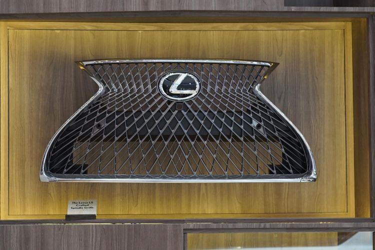 Grille Lexus termasuk dalam produk yang mendapat sentuhan Takumi