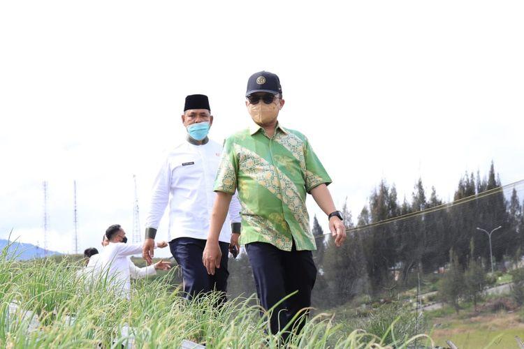 Sekretaris Jenderal (Sekjen) Kementerian Ketenagakerjaan (Kemenaker) Anwar Sanusi saat meninjau secara langsung lahan untuk pengembangan kejuruan pariwisata di Alahan Panjang, Lembah Gumanti, Solok, Sumbar, Jumat (20/8/2021).