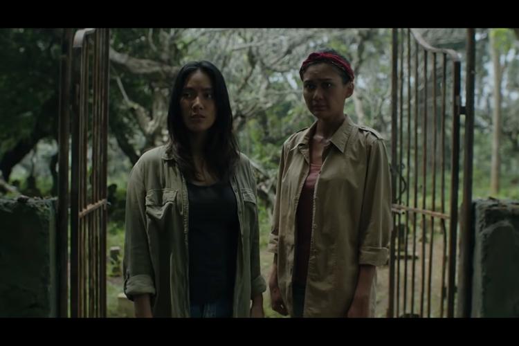 Tara Basro dan Marissa dalam sebuah adegan di film Perempuan Tanah Jahanam.