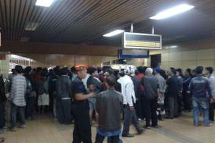 Puluhan tukang ojek yang menyerbu ruang kantor Kepala Stasiun Gondangdia, Jumat (13/6/2014). Para tukang ojek merasa keberatan dengan rencana PT KAI yang ingin menertibkan area stasiun yang selama ini mereka gunakan untuk tempat tinggal.
