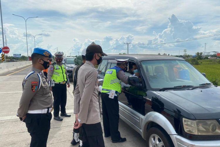 Polisi melakukan penyekatan di wilayah Kabupaten Ogan Ilir dan meminta kepada pengemudi kendaraan putar balik jika tidak bisa menunjukkan syarat yang diminta