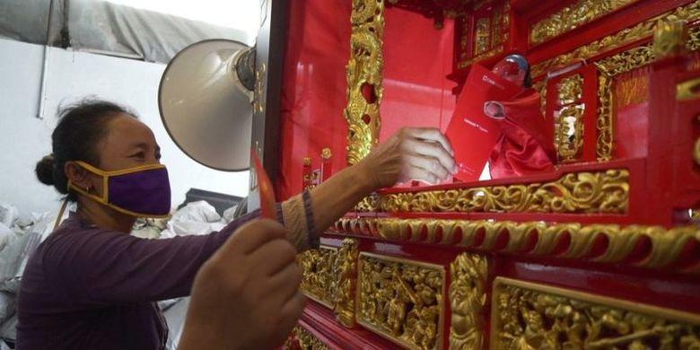 Salah satu penonton memberikan angpao kepada wayang Potehi dalam pentas GoPot di Semarang, Jawa Tengah