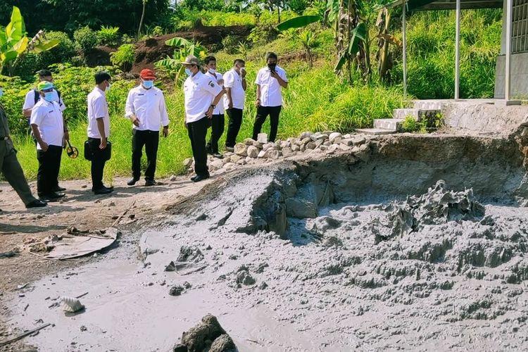 Sejumlah tim Dinas ESDM Provinsi Jawa Barat Kantor 7 Cirebon, melakukan peninjauan serta pengambilan sampel semburan lumpur, di Desa Cipanas, Kecamatan Dukupuntang, Kabupaten Cirebon, Jawa Barat Rabu (2/6/2021) siang. Mereka menyebut semburan lumpur berbahaya.