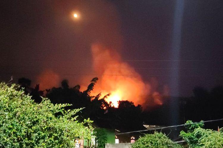 Foto : Kobaran api yang melahap puluhan rumah adat dikampung Nepaulun, Desa Bunga Muda Kecamatan Ileape, Kabupaten Lembata, NTT, Minggu (30/8/2020), sekitar pukul 12.00 Wita.