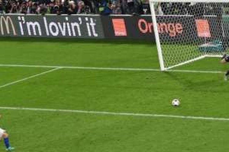 Kiper Jerman, Manuel Neuer, terbang untuk menepis penalti bek Italia, Matteo Darmian, dalam laga babak 16 besar Piala Eropa 2016 di Stade Matmut-Atlantique, Sabtu (2/7/2016) waktu setempat.
