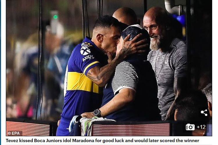 Striker Boca Juniors, Carlos Tevez (kiri), mencium pelatih Gimnasia, Diego Maradona, jelang laga kedua tim.