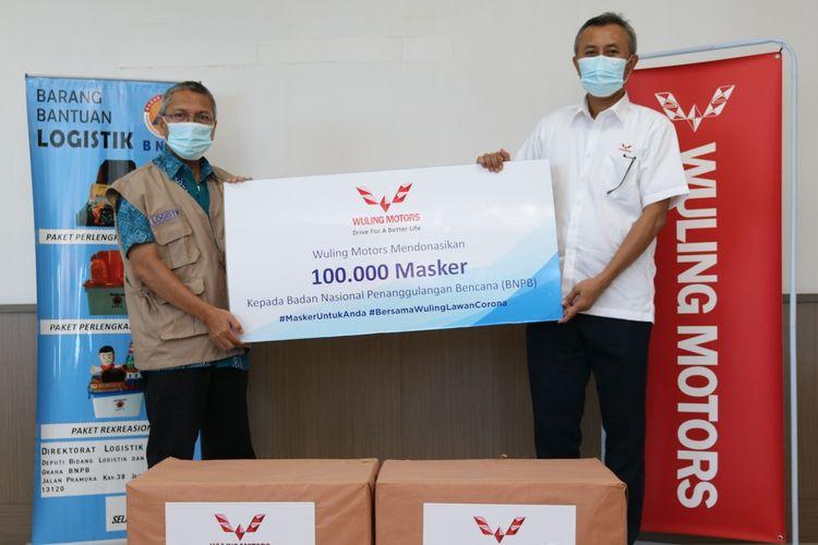 Pemberian donasi 100.000 masker non medis dari Wuling Motors