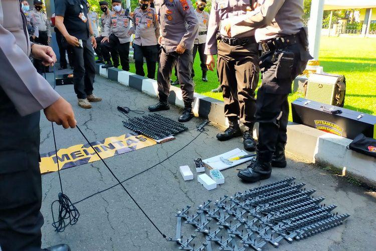 Polisi sedang melakukan pelatihan penggunaan road blocker jenis ranjau paku di Mapolresta Solo, Selasa, (20/4/2021).
