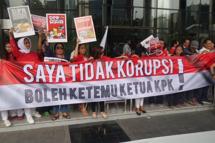 Massa yang manamakan Indonesia Waras menggelar aksi tolak hak angket DPR di Gedung KPK Jakarta, Kamis (15/6/2017).