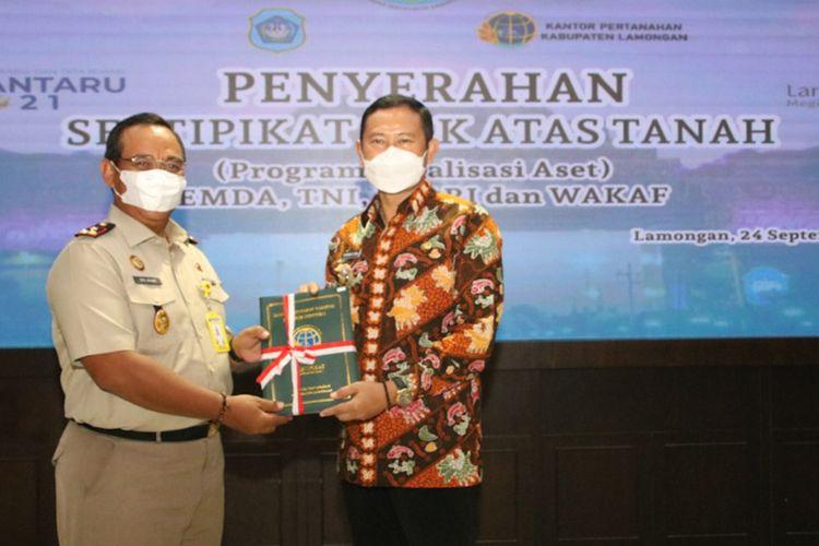 Bupati Lamongan Yuhronur Efendi (kanan) saat menerima sertifikasi aset daerah dari BPN Lamongan, Jumat (24/9/2021).