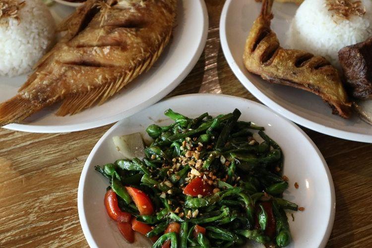 Sayur Genjer yang ditumis bumbu tauco dari Rumah Makan Tekko dengan makanan ikan dan ayam goreng.