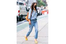 Katie Holmes Jalan Kaki di New York Pakai Sandal